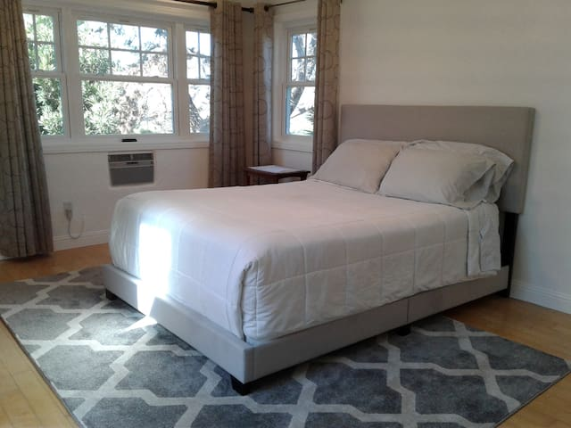 Near Airport: Master Queen Bedroom/Spa Bath/View