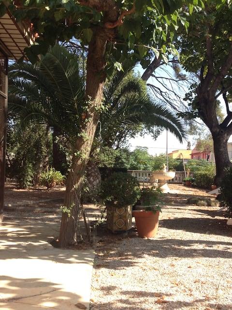 Habitación privada en una casa con amplio jardín
