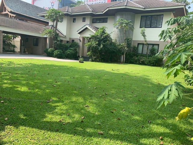 曼谷800Sq豪宅+私人花园+泳池免费接送站24小时佣人服务