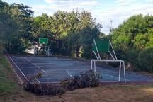 Cancha de baloncesto del conjunto al lado de la de tenis; para disfrutar de estas instalaciones se deben llevar los implementos deportivos