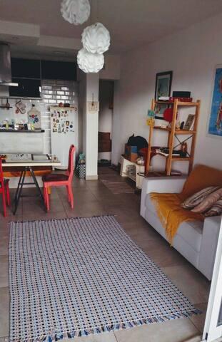 Sala e cozinha integrada, com acesso ao terraço