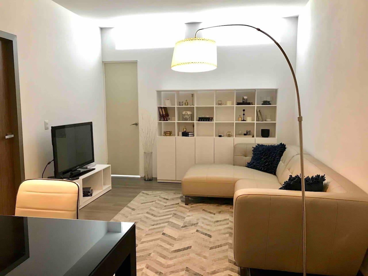 Disfruta de una agradable estancia con TV con cable compañía Axtel, iluminación sutil y decoracion minimalista.