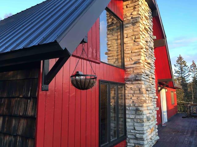 La maison rouge sur la montagne