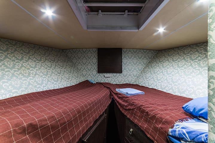 Уютный 2-х местный номер эконом на яхте Broward.