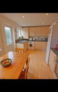 Central Cheltenham - 2 bed House - Cheltenham - Casa
