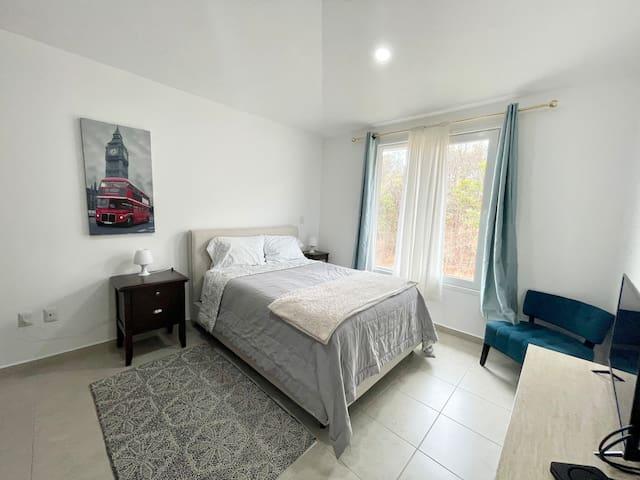 Bedroom number two also equipped with flat screen TV/ segunda recámara equipada con TV