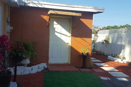 """"""" Quaint Cottage""""  with private entrance and patio - Palm Beach Oeste - Casa"""