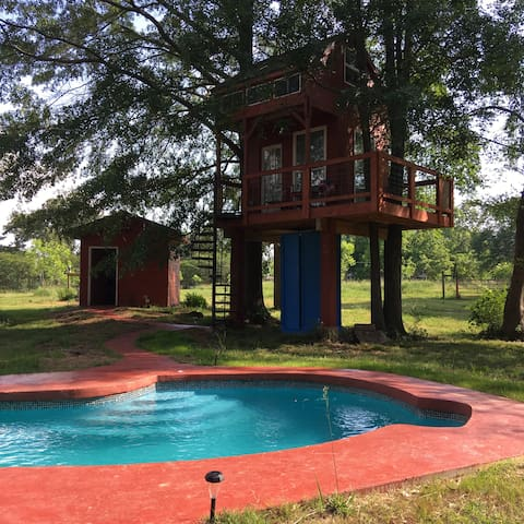 Treehouse & pool on a small farm-closed til spring