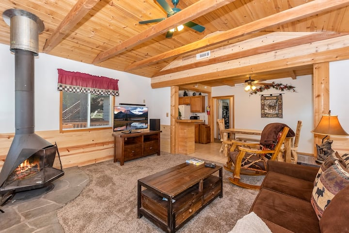 1 Adorable Hideaway w/hot tub!! Close to Bear Mnt!