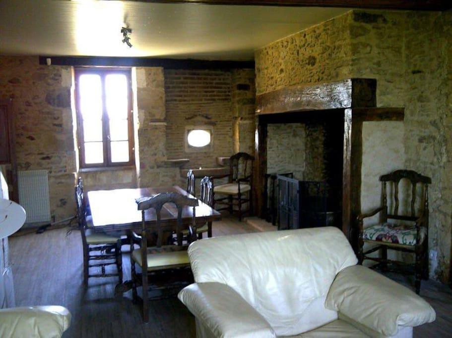 salle à manger et salon avec cheminée périgourdine