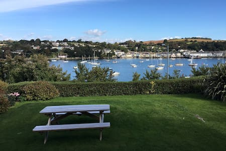 Centrally Located Stylish Apartment - Falmouth