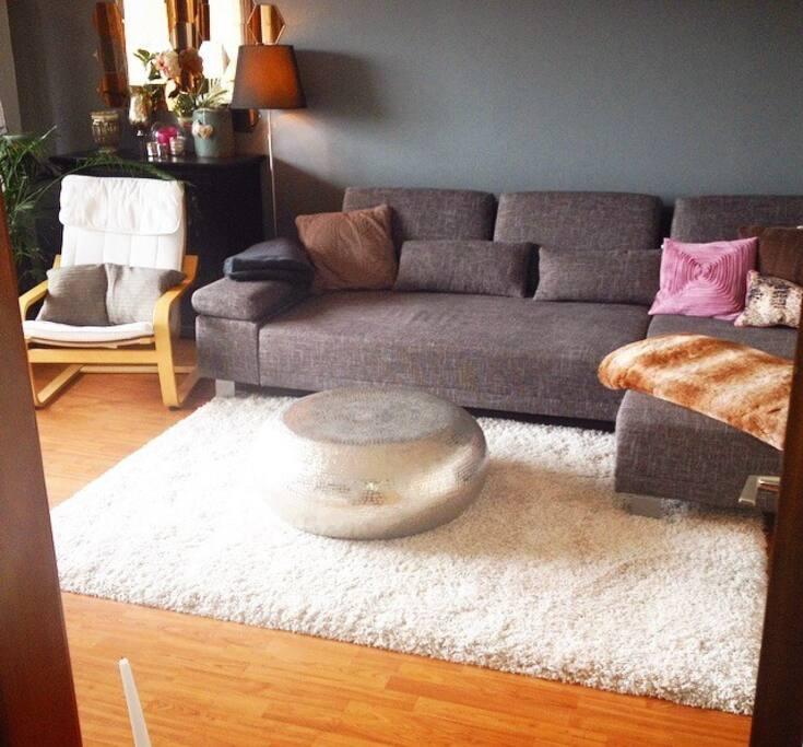 Unser großes Wohnzimmer mit Couch und TV