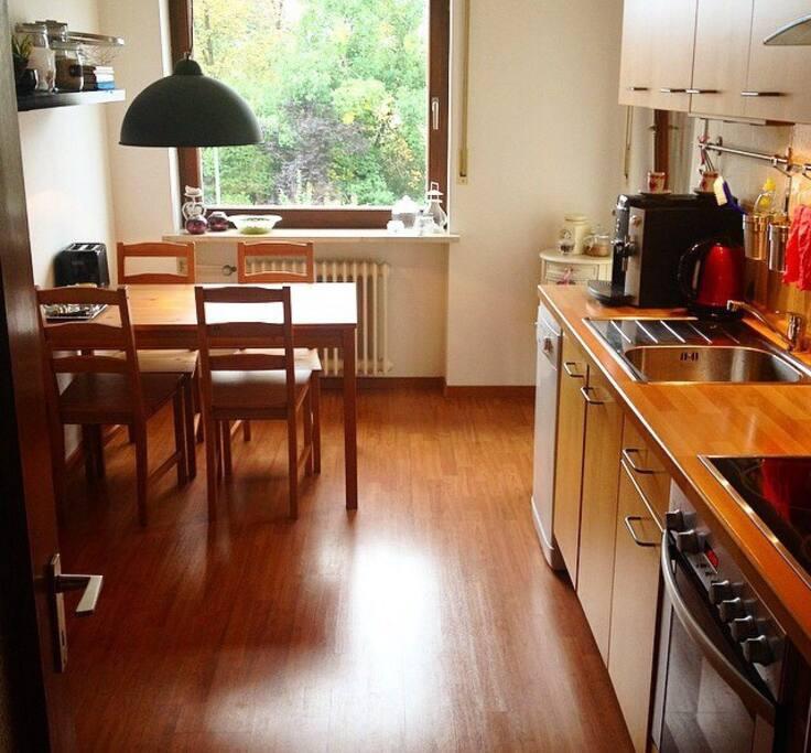 Unsere Küche mit Kühlschrank, Espresso-Maschine und Essgelegenheit.