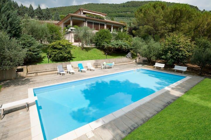 Elegante villa con piscina tra Spello e Assisi - Spello - Willa