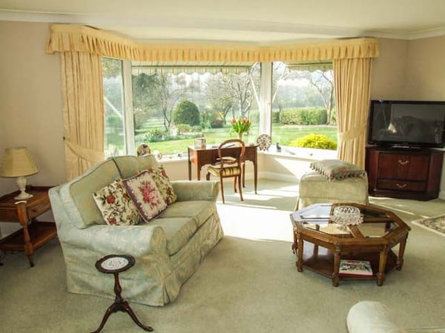 THE COTTAGE, romantic, with a garden in Malvern, Ref 921093