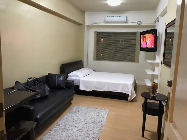 Fort BGC, 2-4 guests,wifi+landline,walk-in closet