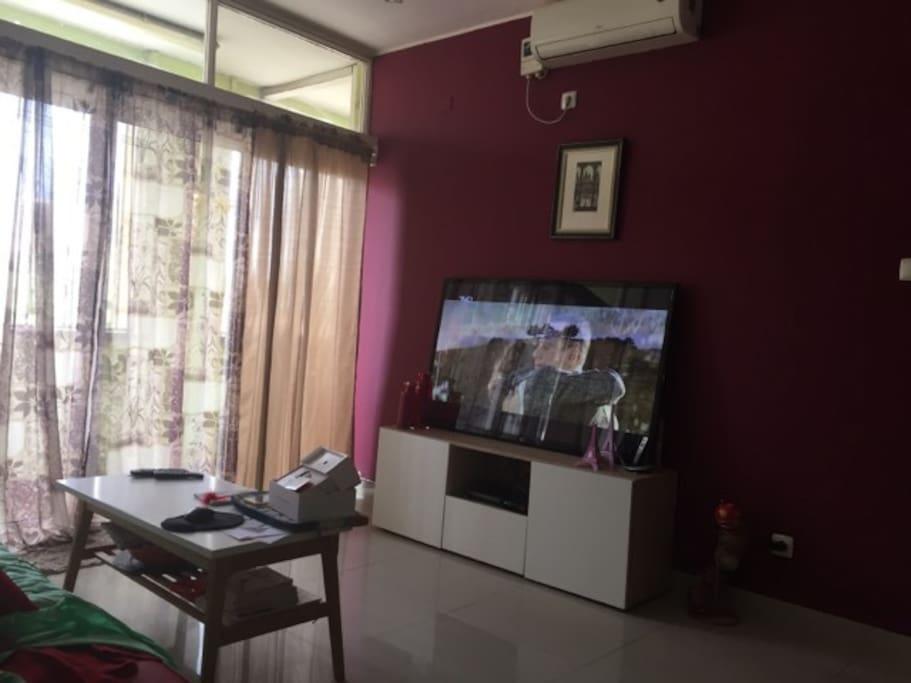 Sala de estar com tv, arcondicionado e wiffi