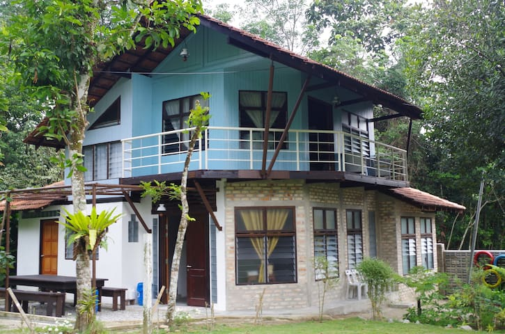 The Blue House (Cottage) Aman Dusun Farm Retreat - Hulu Langat - Hus