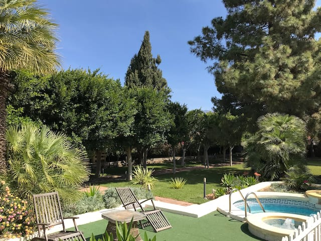 Cortijo El Llano con su jardín magico