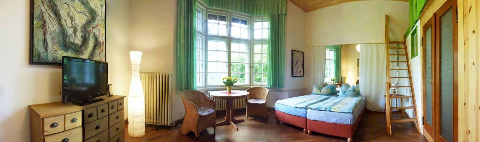 Ausziehbarer runder Esstisch und zwei Betten mit großem Spiegel/ ehemaliger Tanzprobenraum