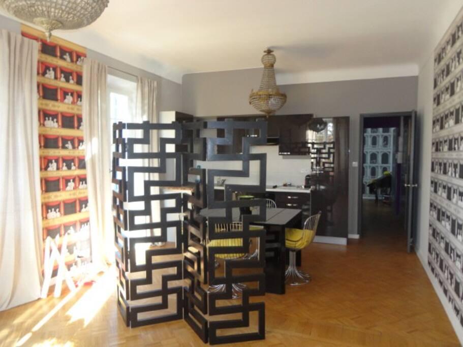Salon / salle à manger plein sud parquet papiers peints Fornasetti