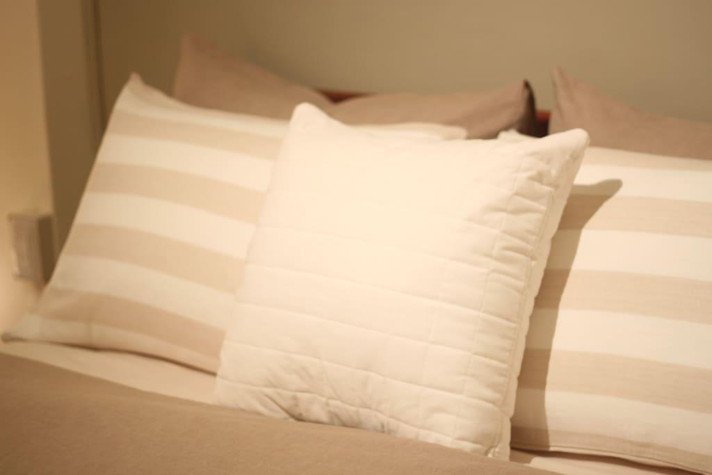 飯店等級高級羽絨枕及防蹣枕,柔軟而舒適。