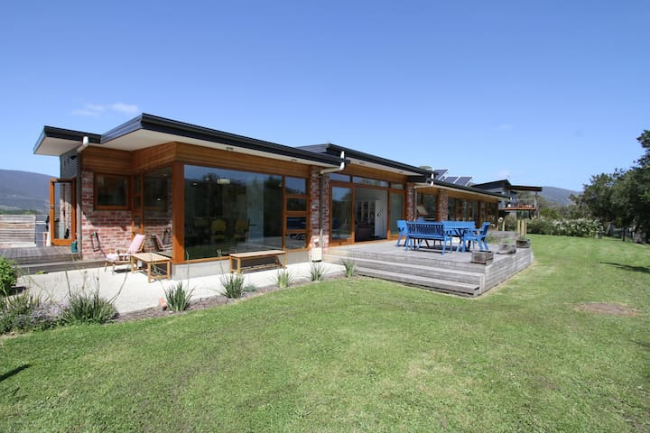 Huon Valley Luxury with River Views + free wi-fi - Ренела - Дом
