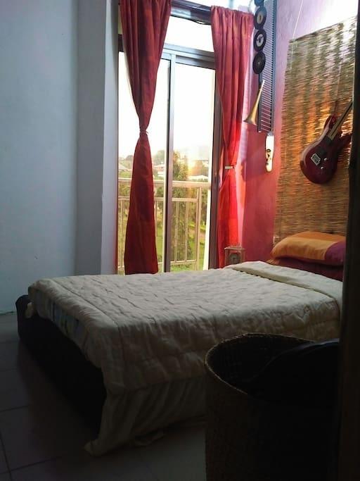 le séjour n'est pas juste une question d'un lit confortable, mais du bonheur de se réveiller le matin dans un bain de soleil. quant vous avez un espace aussi éclairé, il faut profité