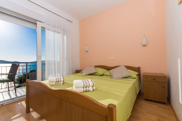 A2 apt with balcony and garden,just 50m from beach