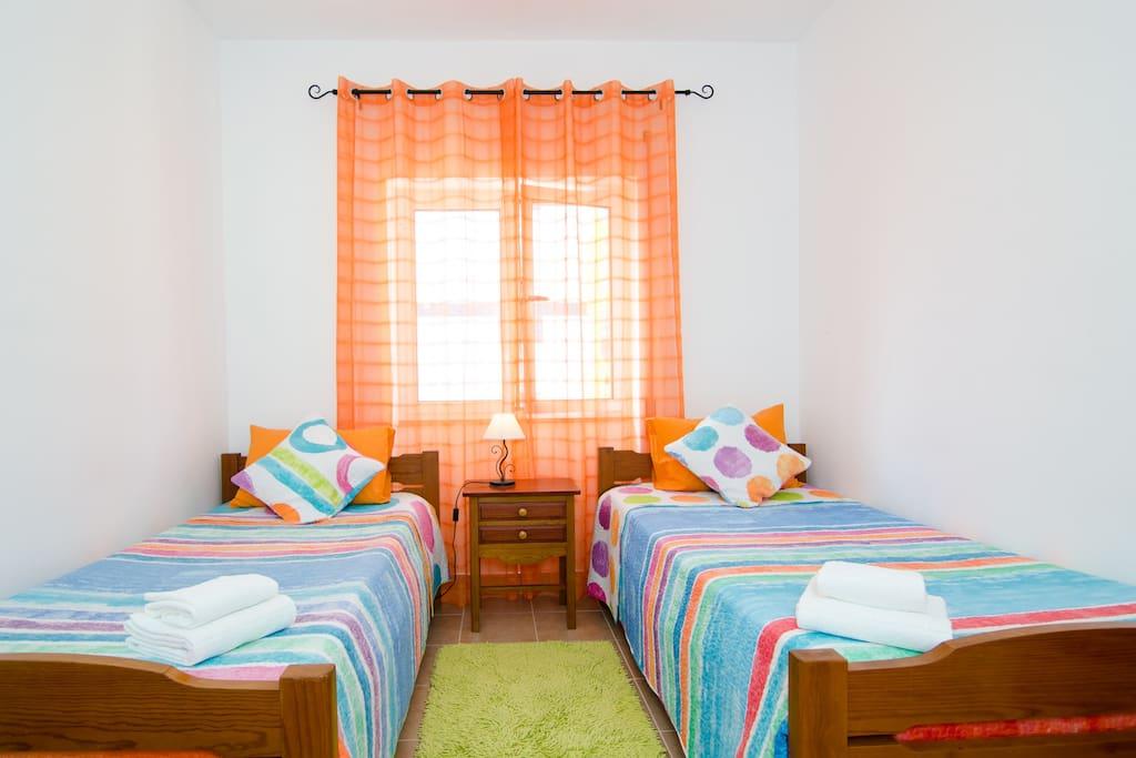 Quarto com 2 camas que se podem  juntar