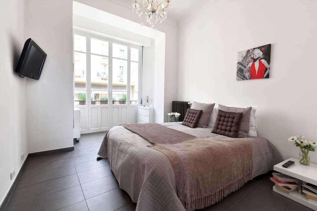 """""""A very lovely and sunny apartment in a quiet area, actually 5 minutes walk to the Metropole shopping center, Casino and cafe de Paris wit a very good restaurant on the way."""" ALEXEY June"""