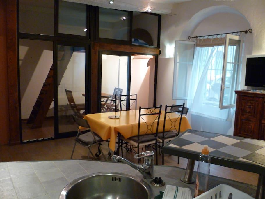 Mezzanine placée au dessus du coin wifi, vue de la cuisine.
