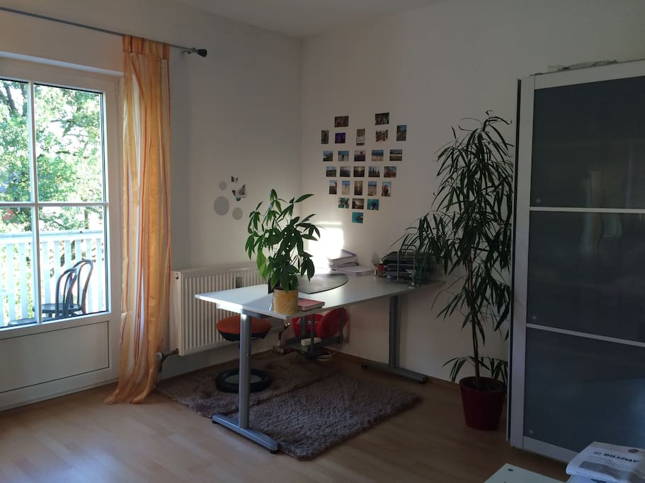 Großer Schreibtisch & links die Balkontür zu sehen