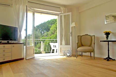 Renovated, sea view & garden in Cap d'Antibes