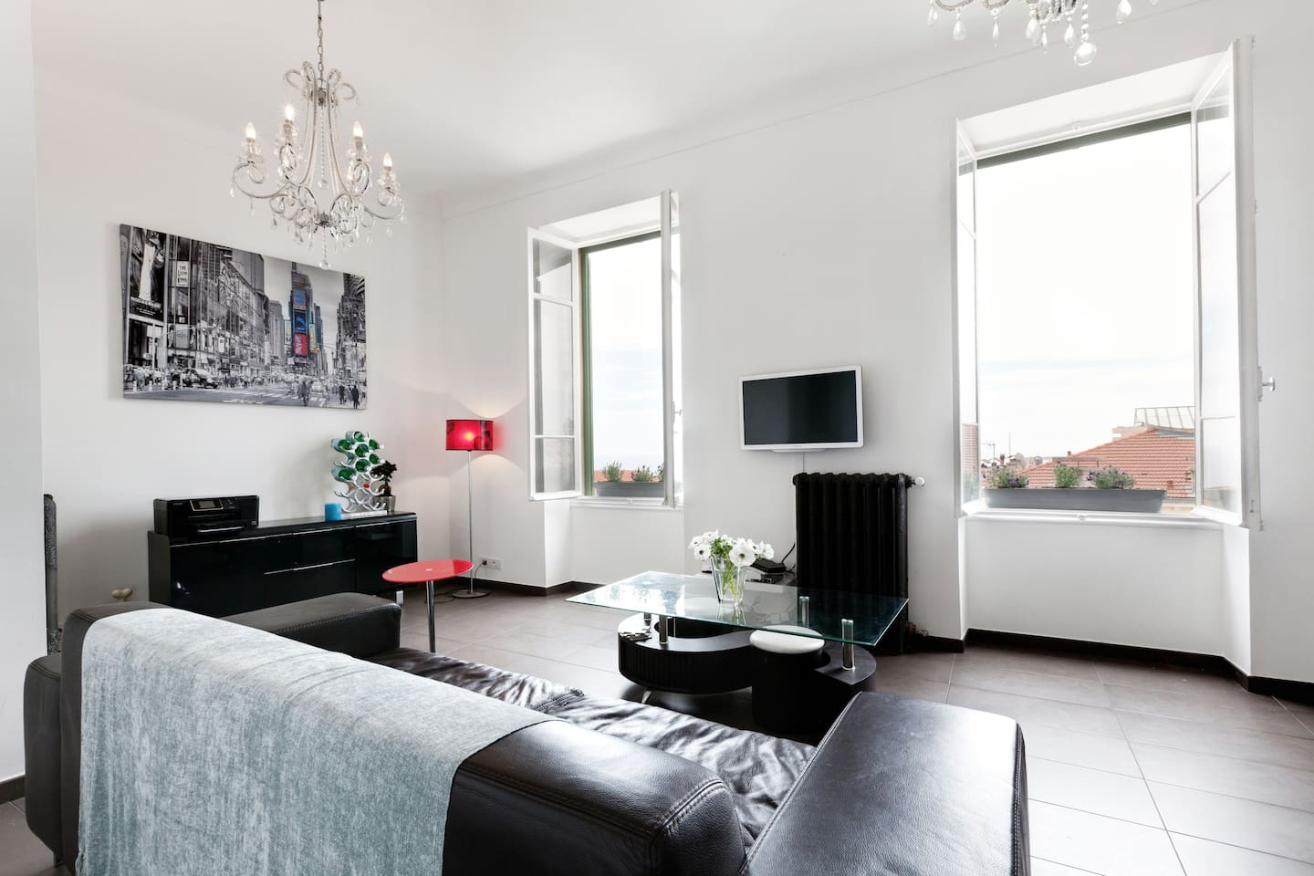 Airconditioning, WIFI, SEA VIEW!!   and just a 5 minute walk to the Cafe de Paris, famous Casino and the very centre of Monte Carlo. The living area  is light and airy with a contemporary feel Aircon/heating. Its a great place.