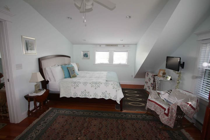 An Island Experience! The Mary - Full Breakfast! - Oak Bluffs - Bed & Breakfast