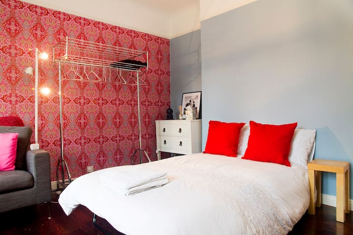 SPACIOUS DOUBLE ROOM IN SERENE FLAT