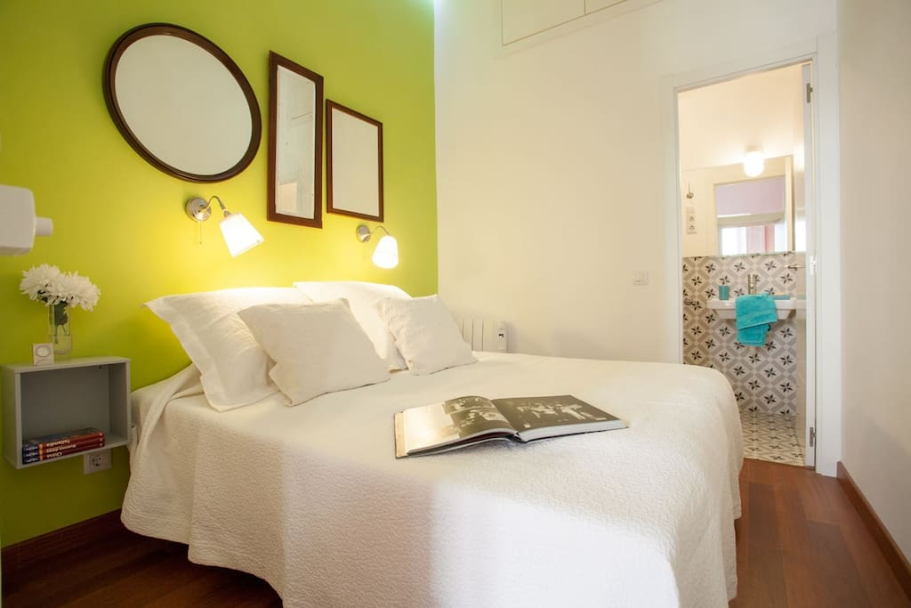Double BedRoom with Bathroom en suite. aWesome cHic mAdrid cEnter 2.