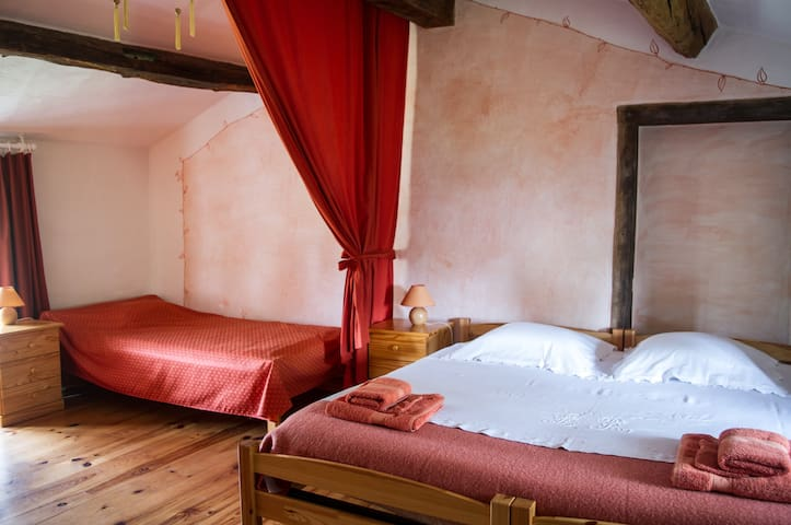 Chambre avec coin salon, salle d'eau privé,piscine - Montverdun - Bed & Breakfast