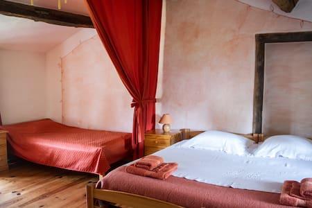 Chambre avec coin salon, salle d'eau privé,piscine - Montverdun - Inap sarapan
