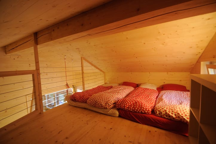 Dortoir pour 4 à 5 personnes sous le toit. Dormitory for 4-5 people on the roof.