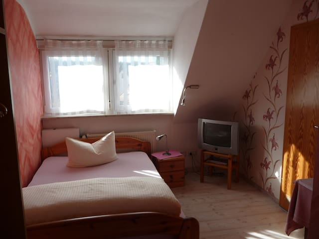 Einzelzimmer  / single room  mit Bad / TV wlan - Hilpoltstein - Bed & Breakfast