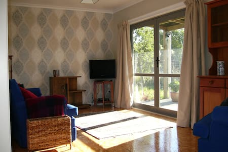 Sunny modern unit in lovely Waikato countryside - Tamahere - Bed & Breakfast
