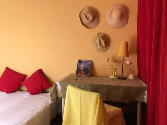 Chambre jaune, les chapeaux et Cézanne