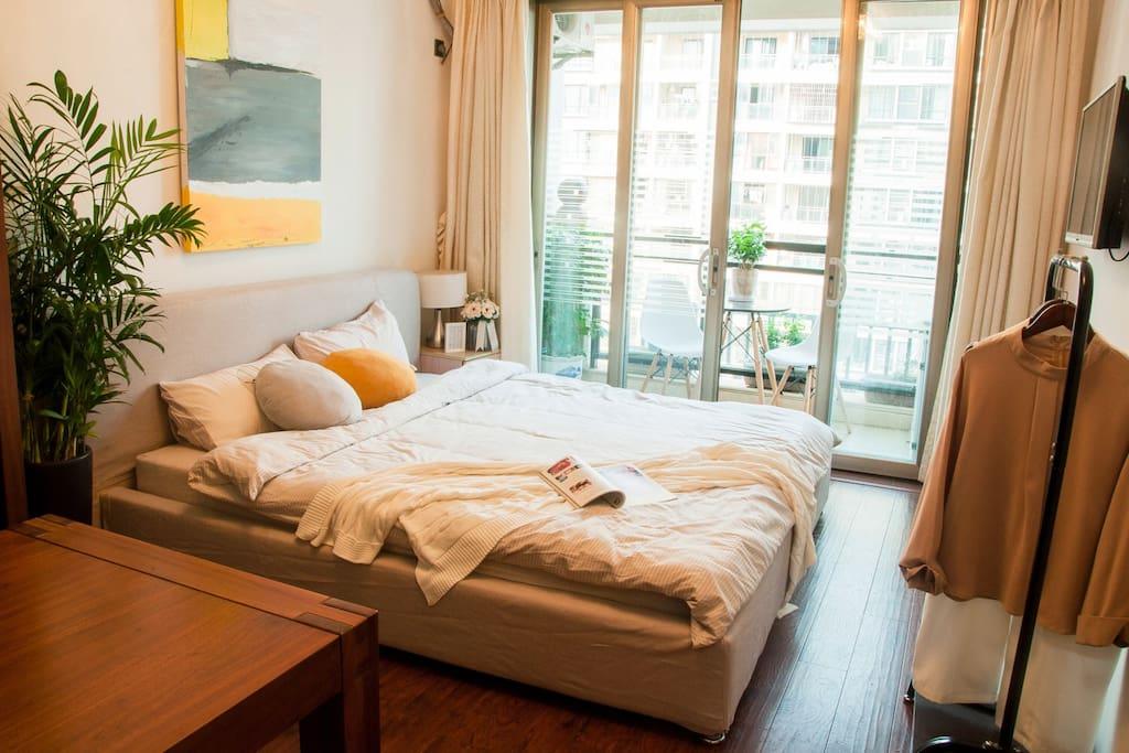 02房,拥有大阳台,1.8大床,书柜、32寸电视、大书桌