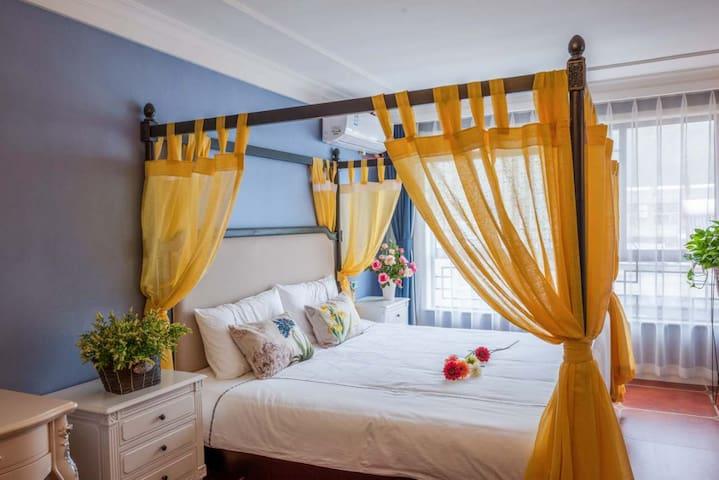 云台山紫雲轩主题酒店    金色阳光情侣房      酒店紧邻红石峡和万善寺出行逛街都很方便