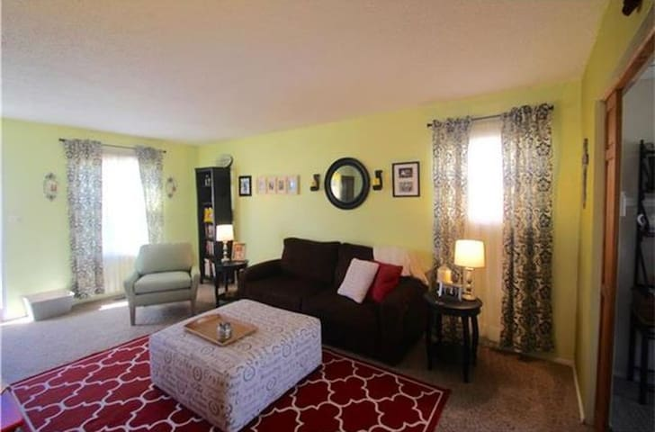 Classy and Cozy 2BR Home with pool and park access - Kansas City - Townhouse