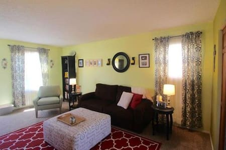 Classy and Cozy 2BR Home with pool and park access - Kansas City - Stadswoning