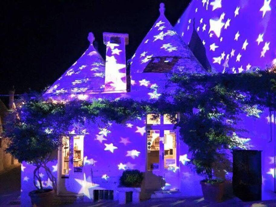 Alberobello paese magico e unico al mondo a 45 km da Bari centro. Valle d'Itria a dreaming land. 22 miles by car from Bari. Come and Enjoy !