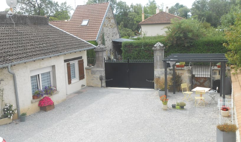 Petite maison indépendante dans cour privée.